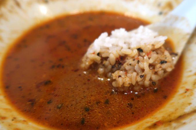 那覇・首里「中華厨房 齊華房」四川坦々麺のスープにごはんを沈める
