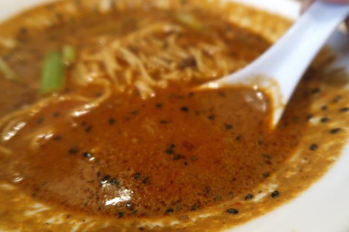 那覇・首里「中華厨房 齊華房」四川坦々麺のスープ