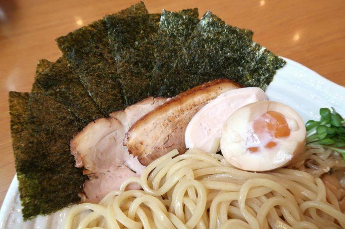 読谷村長浜「麺屋 シロサキ」つけめん(800円)の具材は3種類のチャーシューと味玉、のりだった