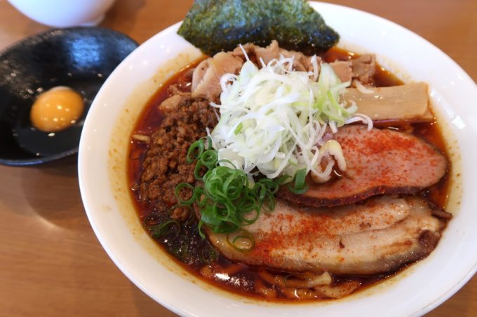 読谷村長浜「麺屋 シロサキ」辛シビ肉玉中華そば(1200円)