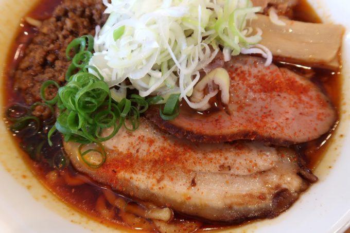 読谷村長浜「麺屋 シロサキ」辛シビ肉玉中華そば(1200円)のチャーシュー2種類