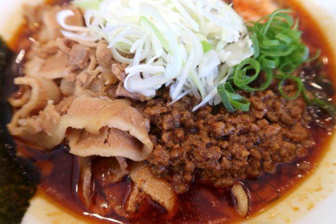 読谷村長浜「麺屋 シロサキ」辛シビ肉玉中華そば(1200円)の裏側にたっぷり山盛り肉肉肉