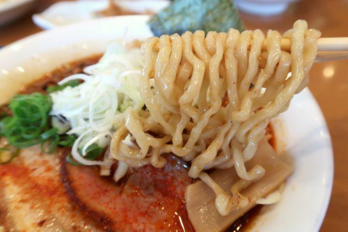 読谷村長浜「麺屋 シロサキ」辛シビ肉玉中華そば(1200円)の手もみ太麺