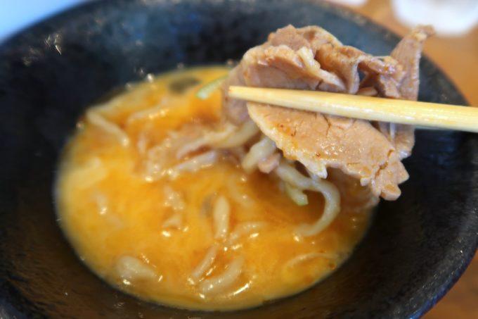 読谷村長浜「麺屋 シロサキ」辛シビ肉玉中華そば(1200円)は生卵に麺をつけて食べた