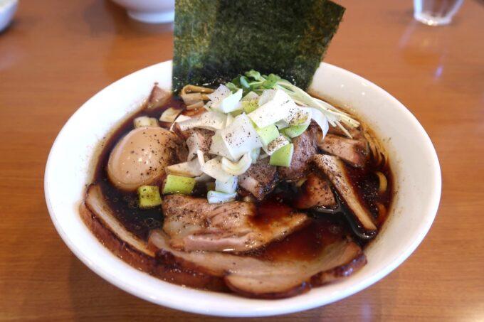 読谷村長浜「麺屋 シロサキ」焼豚麺Black(1200円)