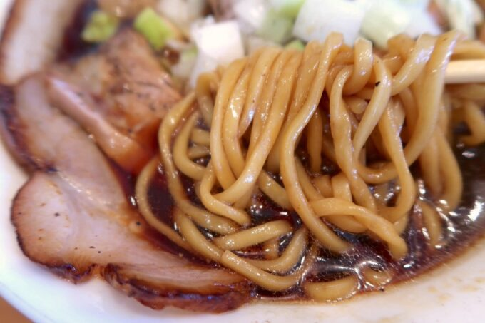 読谷村長浜「麺屋 シロサキ」焼豚麺Black(1200円)のスープに負けない中太麺
