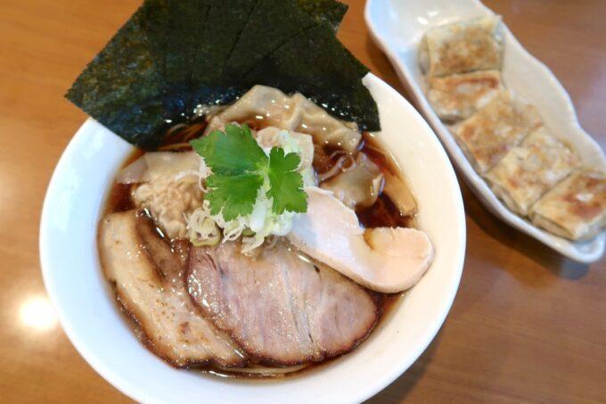 読谷村長浜「麺屋 シロサキ」ワンタン麺(1200円)
