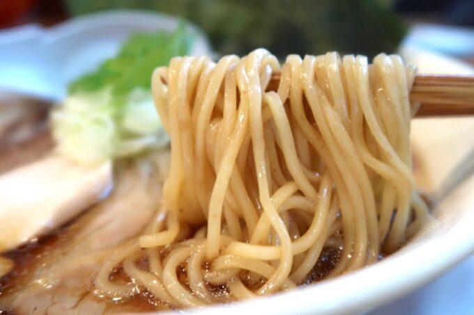 読谷村長浜「麺屋 シロサキ」ワンタン麺(1200円)のストレート麺