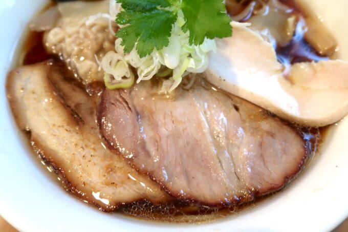 読谷村長浜「麺屋 シロサキ」ワンタン麺(1200円)には3種類のチャーシュー