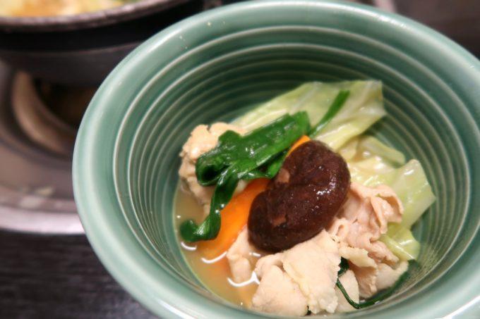 両国「相撲茶屋 寺尾」優しいカレー味のちゃんこは豚肉と鶏ミンチと野菜の組合せ