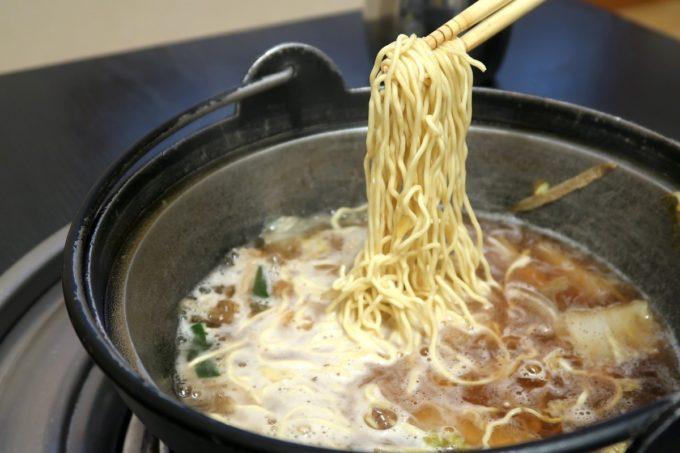 両国「相撲茶屋 寺尾」しょうゆ味のちゃんこは中華麺を入れて食べた。