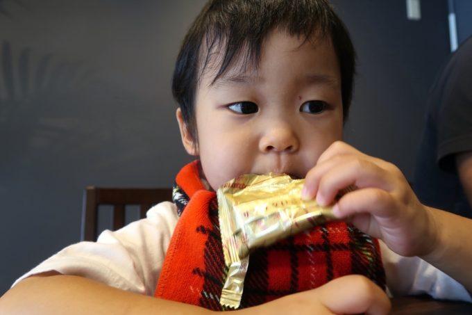 宜野湾「麺処 わた琉」入り口に置かれたホームパイを食べてラーメンを待つお子サマー。