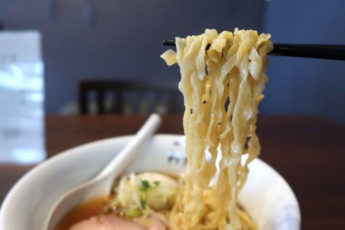 宜野湾「麺処 わた琉」特製中華そば(醤油、980円)の手揉み麺のビロビロ感がすごい。