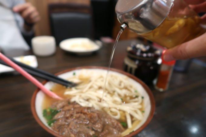 那覇・若狭通り「やっぱりステーキ1st」牛スジそばにコーレーグスを入れて味変。