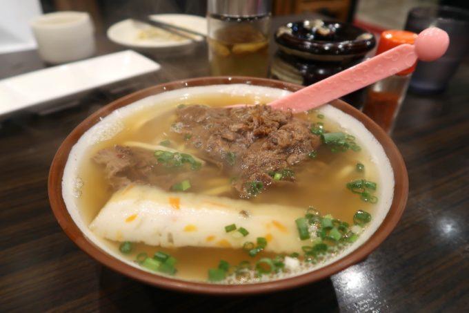 那覇・若狭通り「やっぱりステーキ1st」牛スジそば(小、550円)