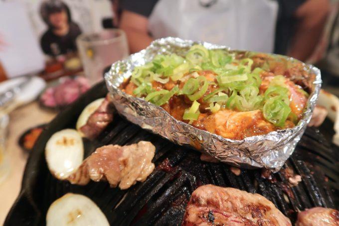「ゆきだるま 両国部屋」ピリ辛ラムすじ肉ホイル焼き(477円)をサービスしてもらった。