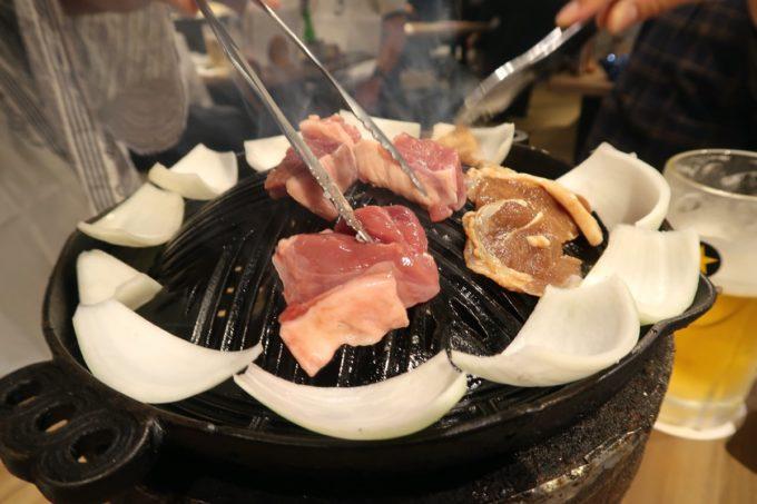 「ゆきだるま 両国部屋」ラム肉を焼き始める。