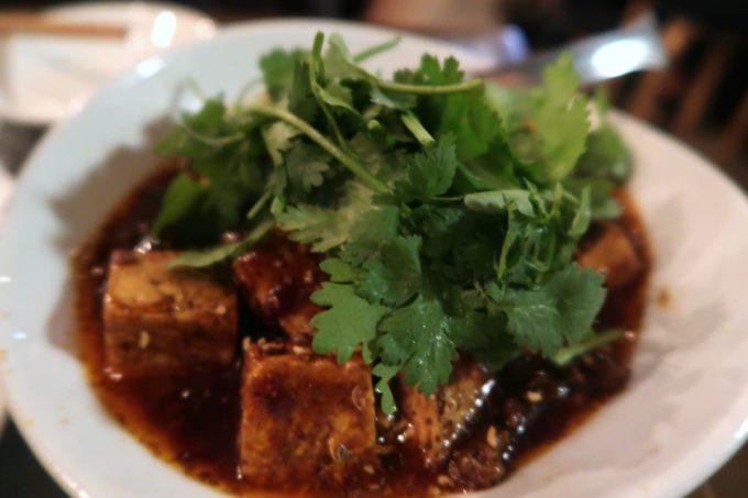 那覇・久茂地「餃子酒場 金五郎」仔羊麻婆豆腐(850円)にはパクチーがてんこ盛りだった。