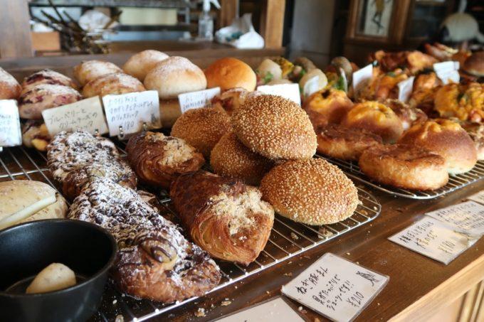 宜野湾市伊佐「hoppepan(ほっぺパン)」変わりダネのおかずパンも多い。