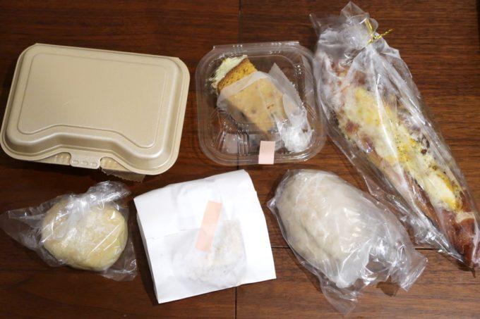 宜野湾市伊佐「hoppepan(ほっぺパン)」購入したパンをテーブルに広げる