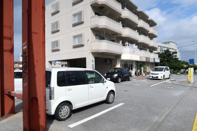 宜野湾市伊佐「hoppepan(ほっぺパン)」店舗脇にある駐車場