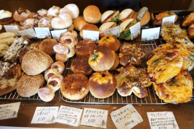 宜野湾市伊佐「hoppepan(ほっぺパン)」焼き立てのおかずパンが並べられていく