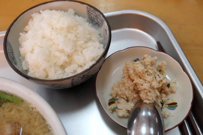 豊見城「海洋食堂」みそ汁(520円)のごはんと副菜のおから
