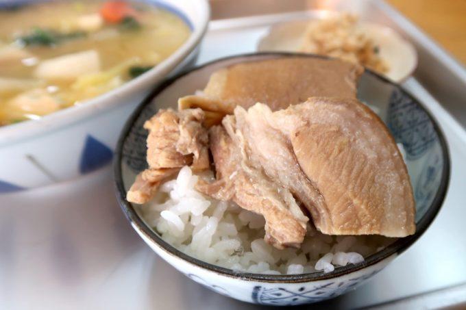 豊見城「海洋食堂」みそ汁に入っていたお肉をごはんに乗せて食べた