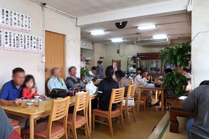 豊見城「海洋食堂」の店内(奥のテーブル席、小上がり)