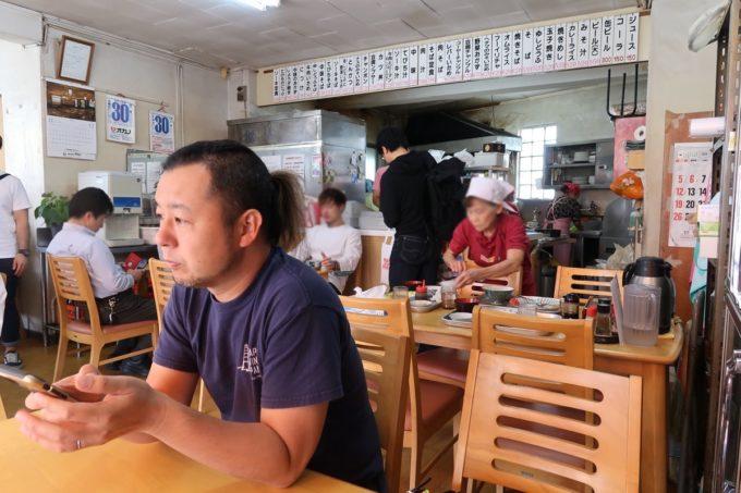 豊見城「海洋食堂」の店内(キッチンと手前のテーブル席)