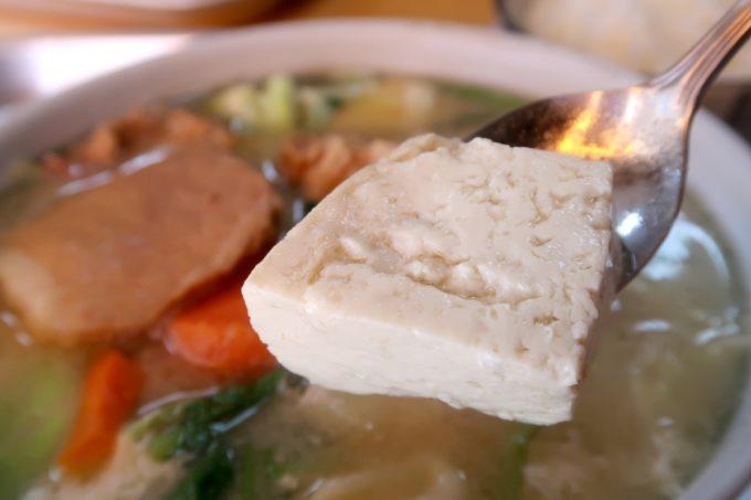 豊見城「海洋食堂」みそ汁に入っている自家製のやわらかな豆腐がおいしい