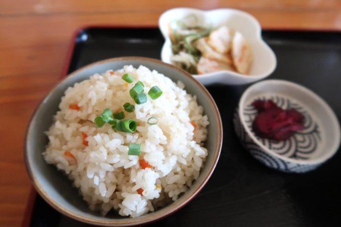石垣島「ニライカナイ 」八重山そば定食についてきたジューシーやお漬物など。