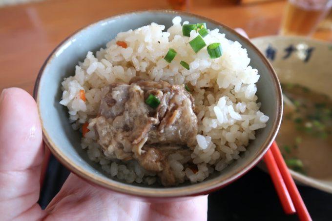石垣島「ニライカナイ 」八重山そばの軟骨ソーキをジューシーにいトッピング。