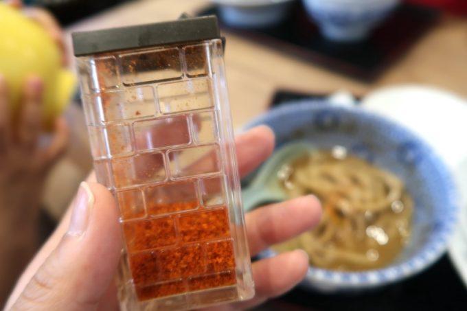 成田空港第1ターミナル「日本の中華そば富田」特製濃厚つけ麺は一味とお酢で味変した。