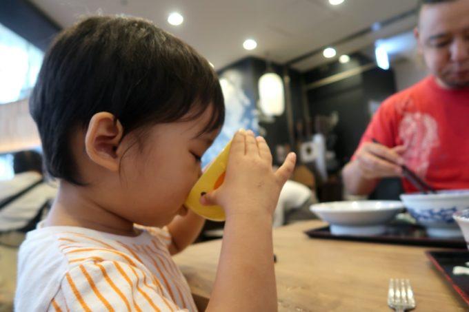 成田空港第1ターミナル「日本の中華そば富田」子ども用の食器を貸してくれる