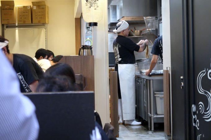 成田空港第1ターミナル「日本の中華そば富田」調理場で麺を茹でる店員さん