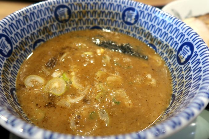 成田空港第1ターミナル「日本の中華そば富田」特製濃厚つけ麺のドロっとしたつけダレ。