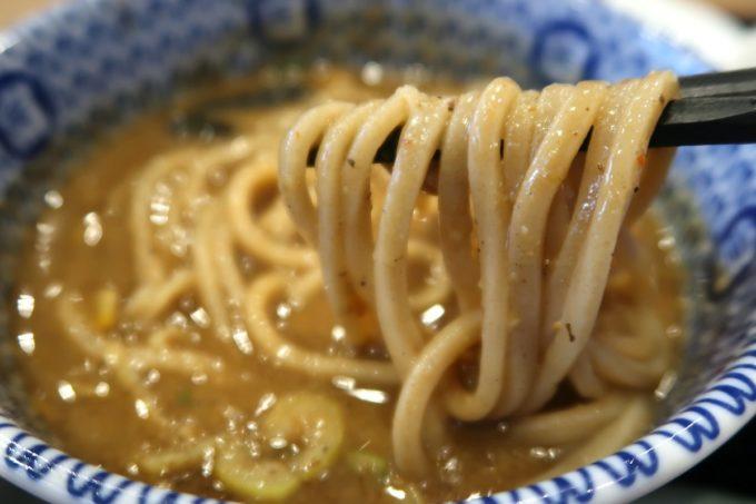 成田空港第1ターミナル「日本の中華そば富田」麺をつけダレにどぼん。