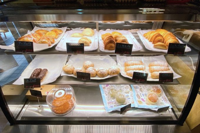 那覇・久茂地「ベーカリー ファリーヌ」冷蔵ケースには洋菓子が並ぶ