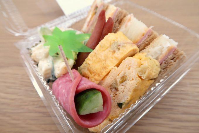 那覇・久茂地「ベーカリー ファリーヌ」モーニングの(350円)にはサンドイッチとおかず類が詰められている