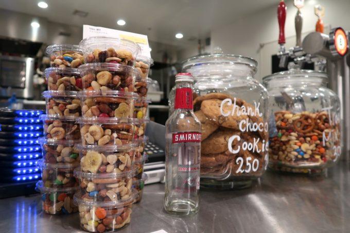 銀座「BEER TO GO by SPRING VALLEY BREWERY」トレイルミックスやチャンクチョコクッキーも売っている。