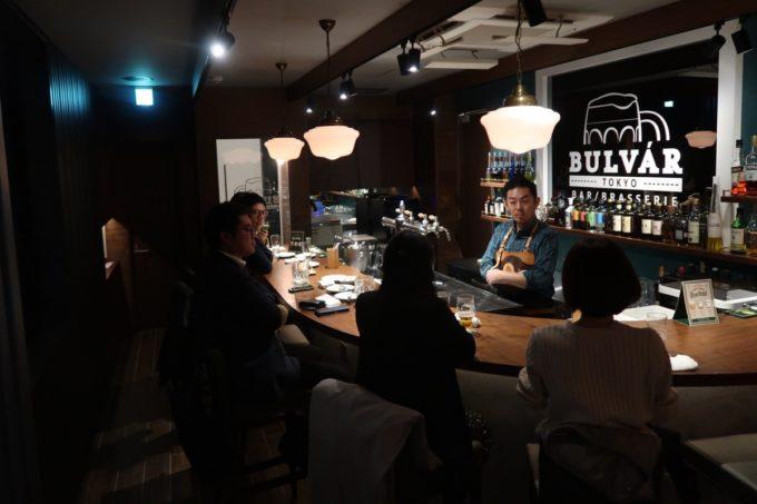 日本橋「ブルヴァール・トーキョー(BULVÁR TOKYO)」2階はバー仕様の客席になっている