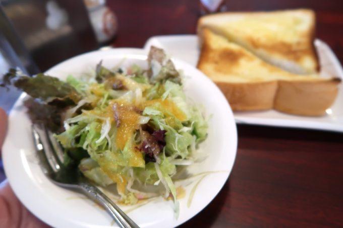 那覇・久茂地「コーヒーハウス潤」ランチのナポリタン(トースト付き、700円)にはサラダもついてる