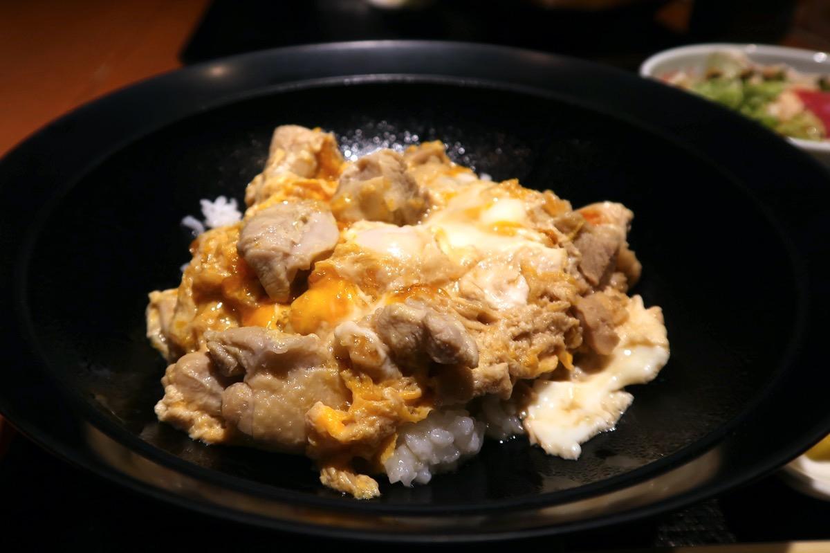 銀座7丁目「五十嵐邸 銀座」新潟の親子丼(1200円)には新潟県産の愛知の鶏を使っている