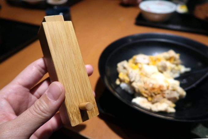 銀座7丁目「五十嵐邸 銀座」新潟の親子丼(1200円)に七味をふりかけてもおいしい