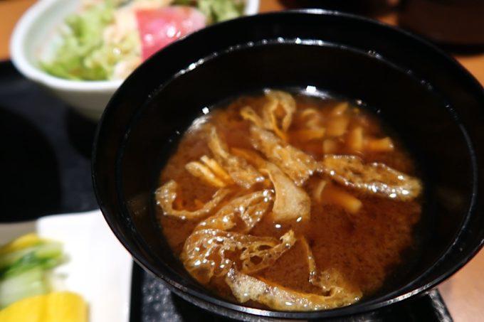 銀座7丁目「五十嵐邸 銀座」新潟の親子丼(1200円)のお味噌汁は赤出しだった