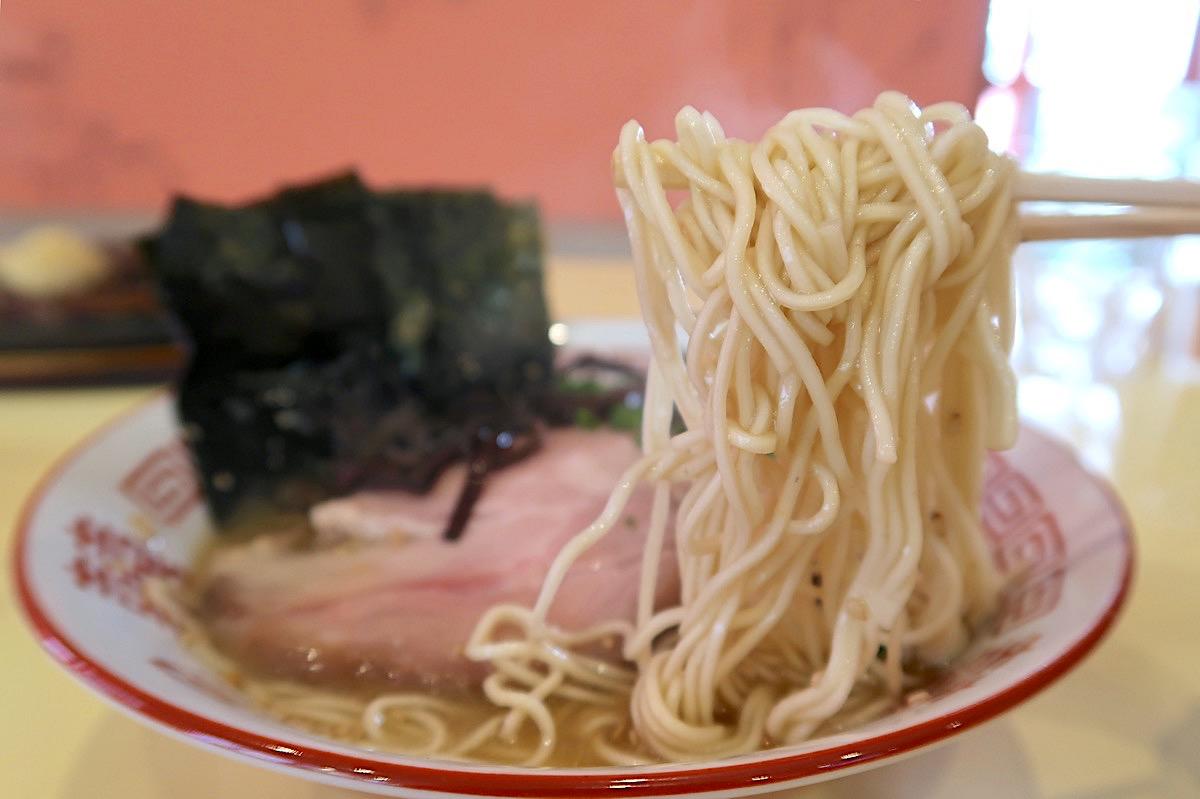 読谷「らぶさん」のとんこつラーメンは細麺ストレート。