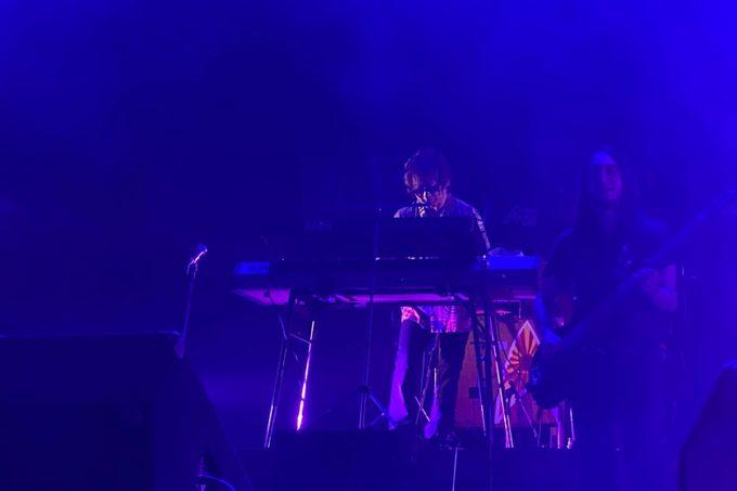 2020年2月16日「紫 結成50周年スペシャル MURASAKI LIVE IN KADENA」でキーボード演奏するジョージ紫さんとベースのChris