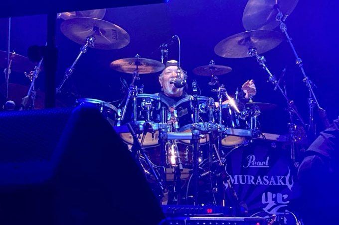 2020年2月16日「紫 結成50周年スペシャル MURASAKI LIVE IN KADENA」で激しいドラミングを魅せるchibi(宮永英一)