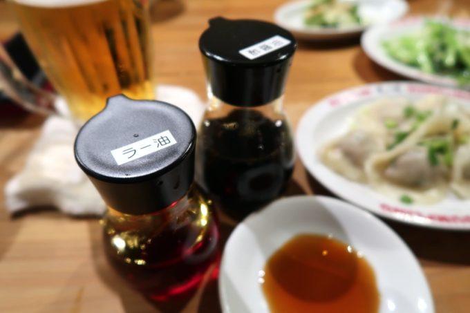 那覇・牧志「弐ノ弐 那覇店」卓上調味料で餃子のタレを作る